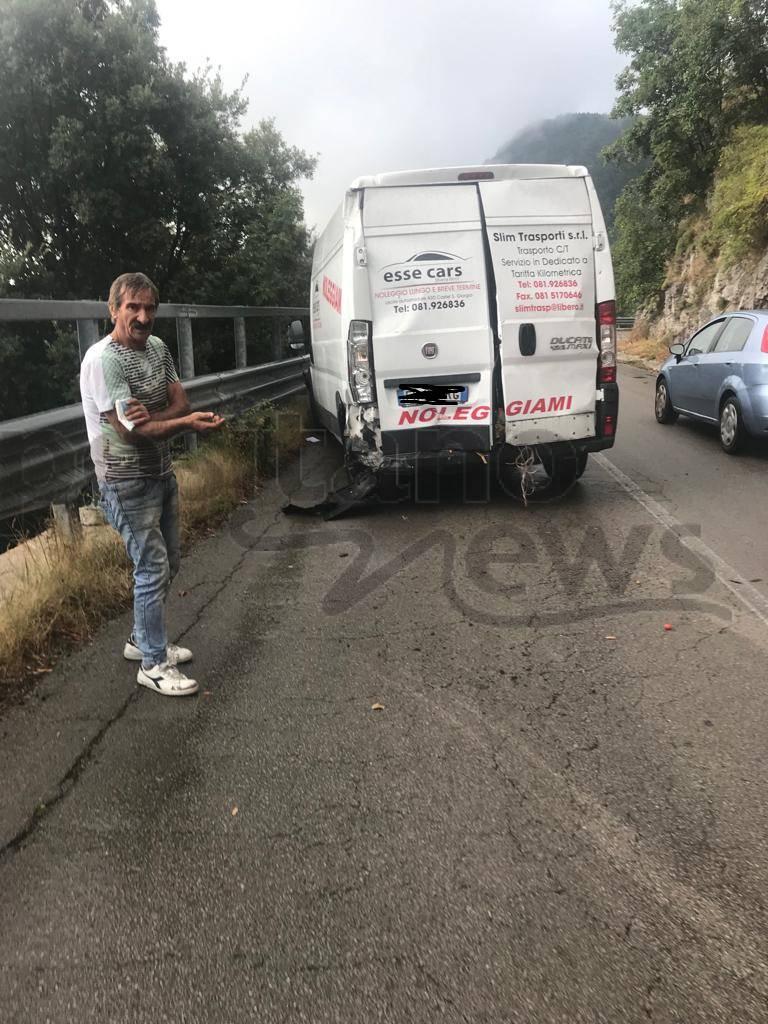 incidente chiunzi macchina furgone