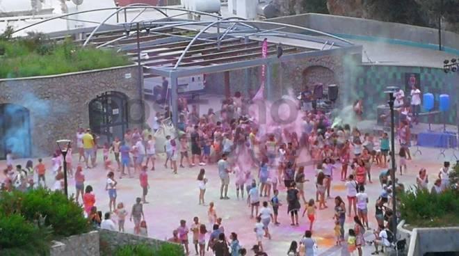 positano-l-holi-festival-oggi-in-piazza-di-racconti-la-festa-dei-colori-3260587