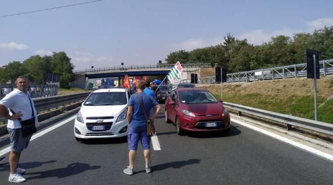 Whirlpool: Lavoratori di Napoli in rivolta, bloccata l'autostrada A3 Napoli-Salerno