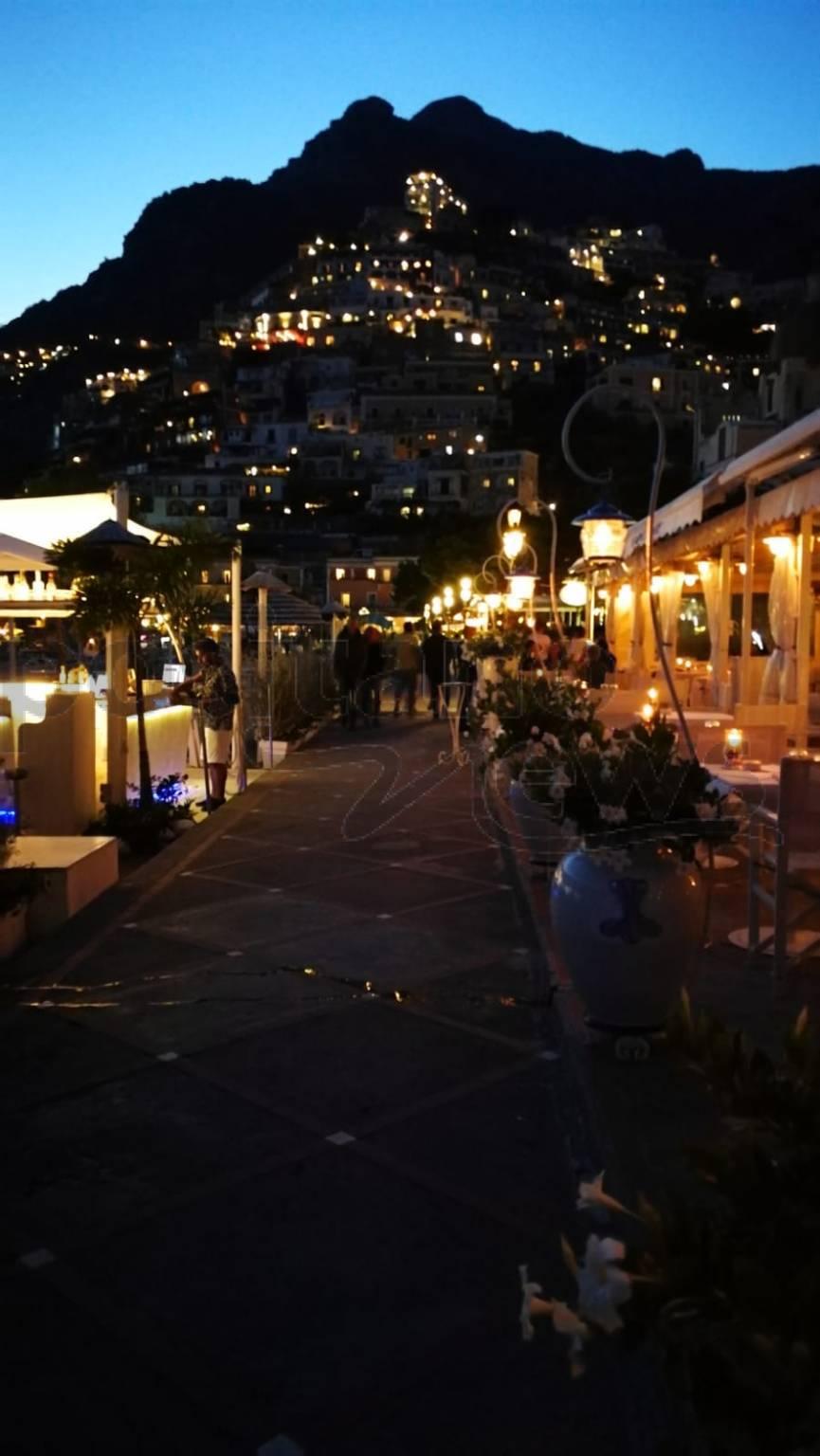 Scende la sera a Positano e si accende la magia