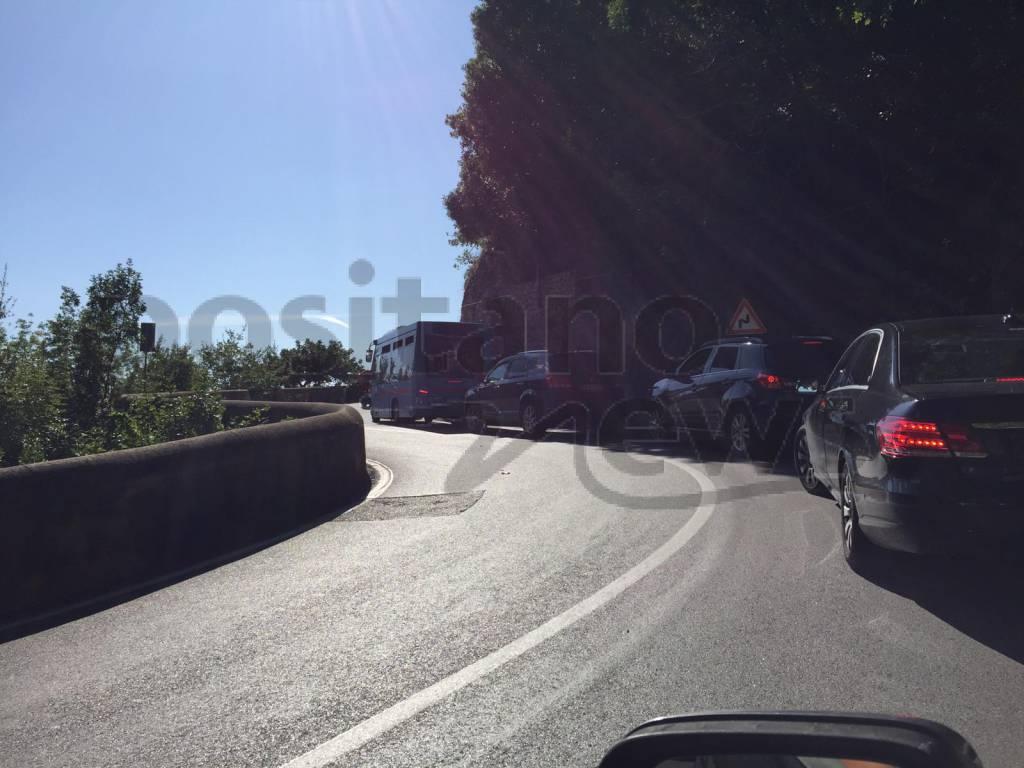 Traffico a Positano e Praiano, Costiera bloccata dagli autobus