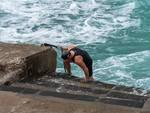 Capri. Nuotatore sfida il mare in tempesta