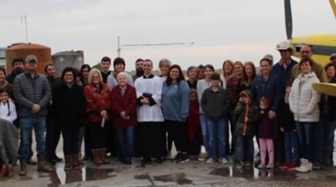 Louisiana, prete usa un aereo per spargere acqua santa sulla città