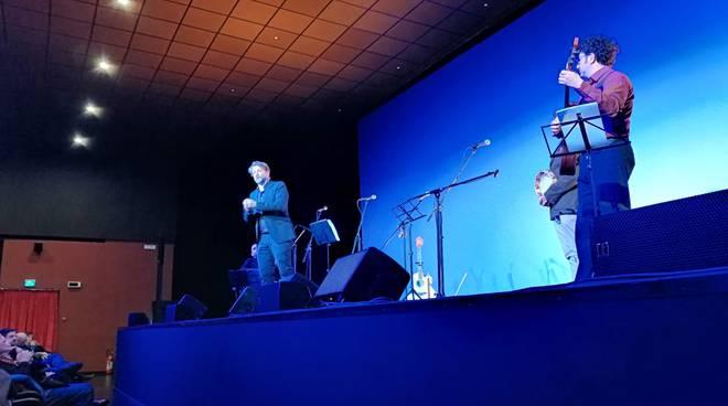 Gianni Aversano e i Damadakà al Teatro delle Rose di Piano di Sorrento