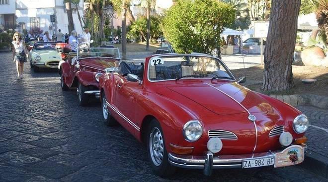 Veicoli sotto l\'albero: mostra di auto d\'epoca a Sorrento