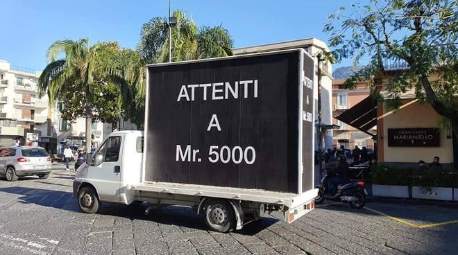 Sorrento: furgone con un messaggio inquietante e ben mirato