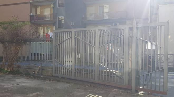 maiori cede cancello scuola