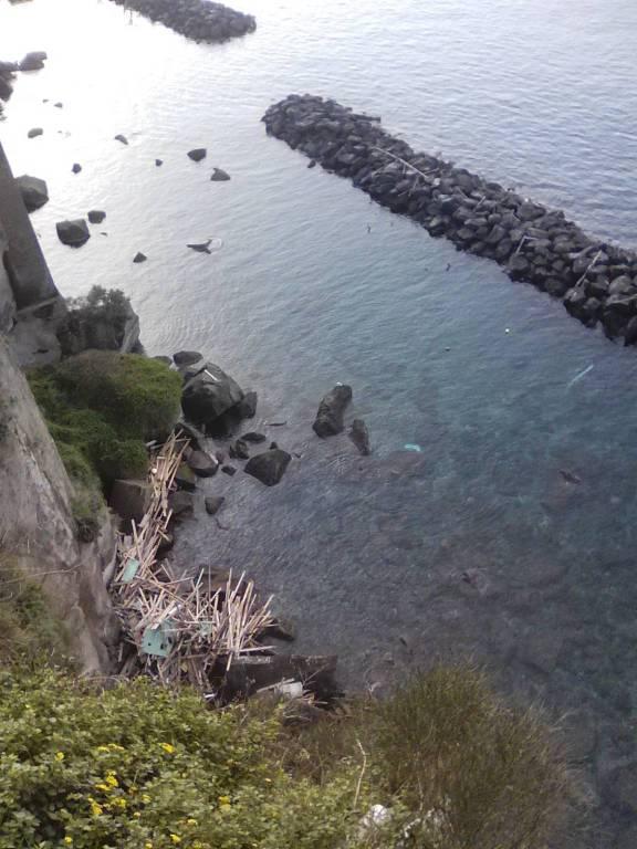 mareggiate e rifiuti penisola sorrentina