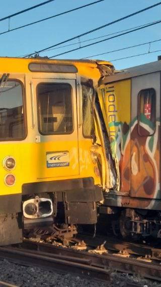 Napoli. Incidente sui binari e treni distrutti: le foto del disastro
