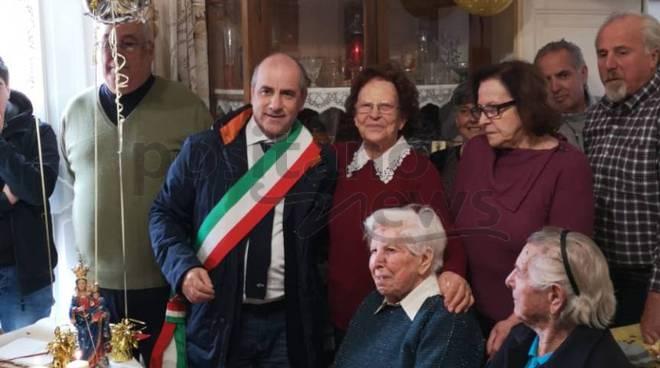 Positano. Rosa Celentano festeggia i suoi 100 anni con amici e parenti