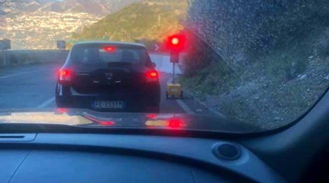 Auto al semaforo in Costiera