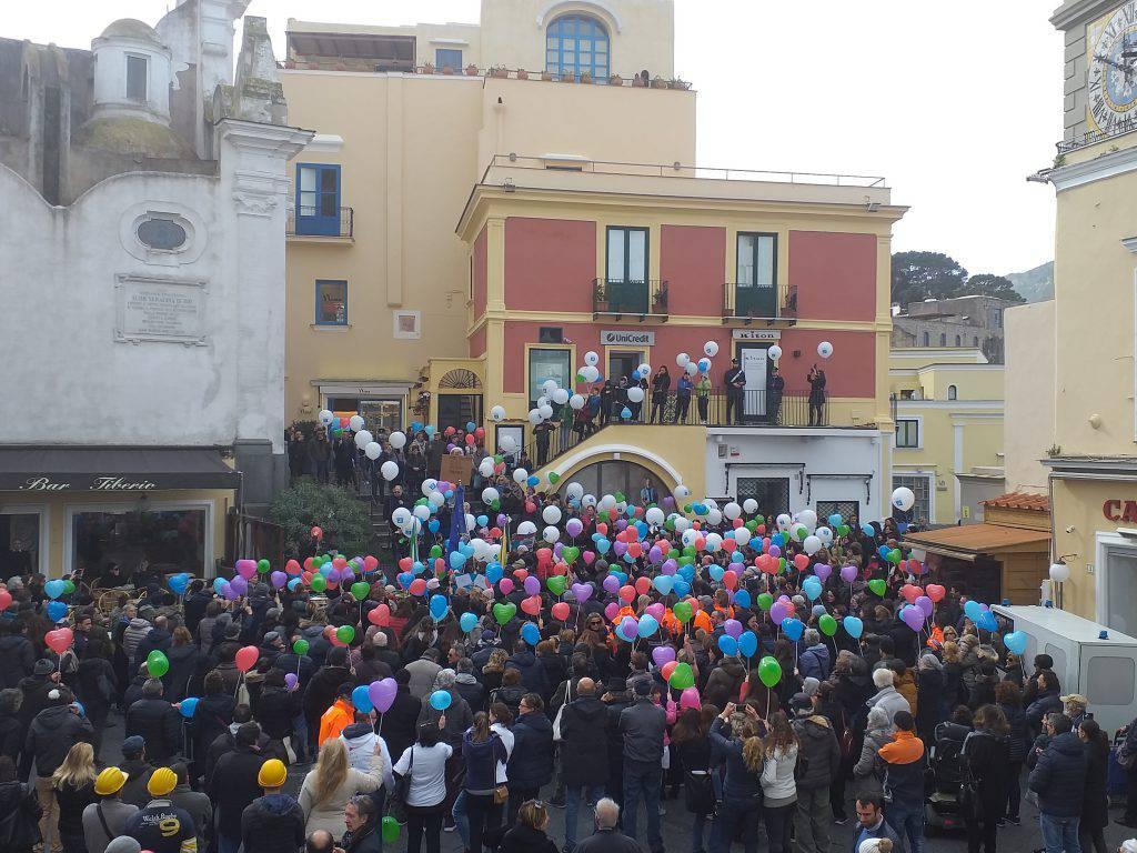 Capri flash mob per elicottero sull'ospedale