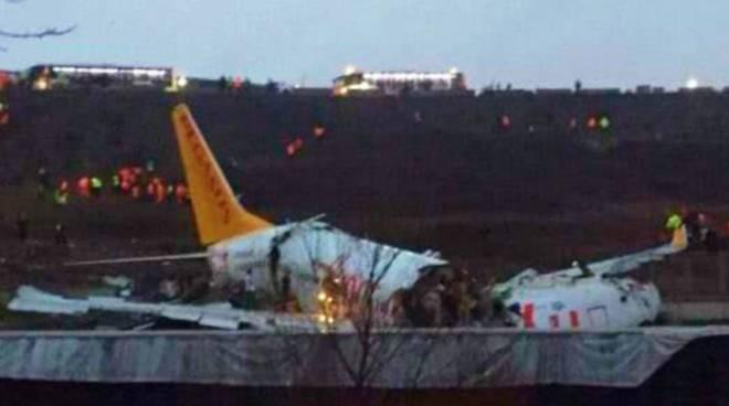 Istanbul, aereo in atterraggio esce di pista, si spezza e si incendia