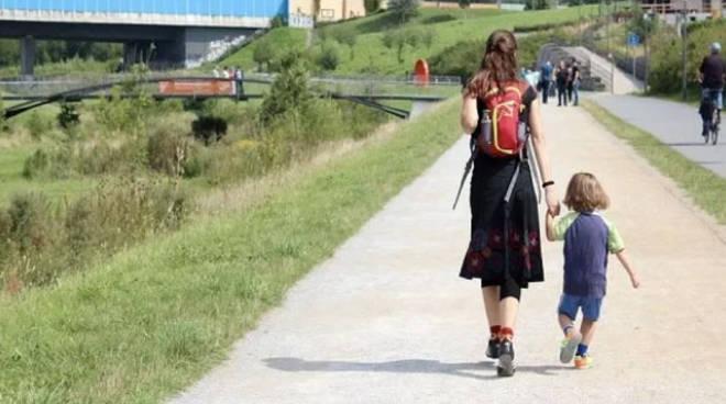 """Consentito ai bambini passeggiare con un genitore. """"Diritto al sole e alla primavera"""""""
