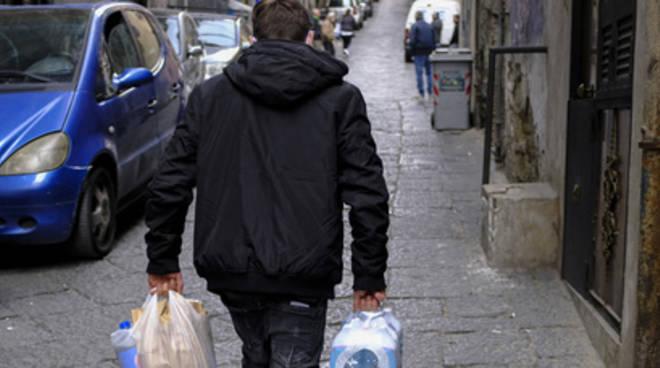 Napoli: «Io aggredito alle spalle, mi hanno rubato le buste della spesa»