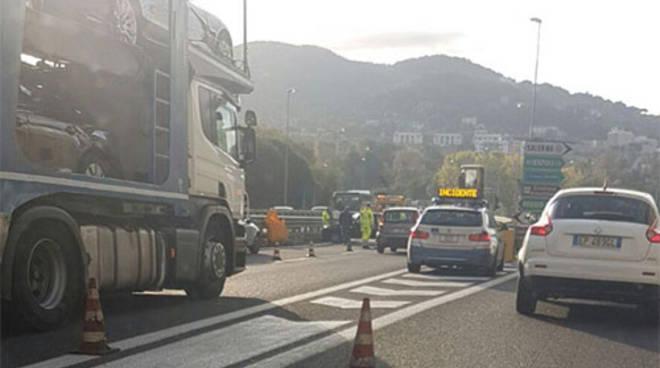 Camion  ribaltato sulla Salerno Avellino