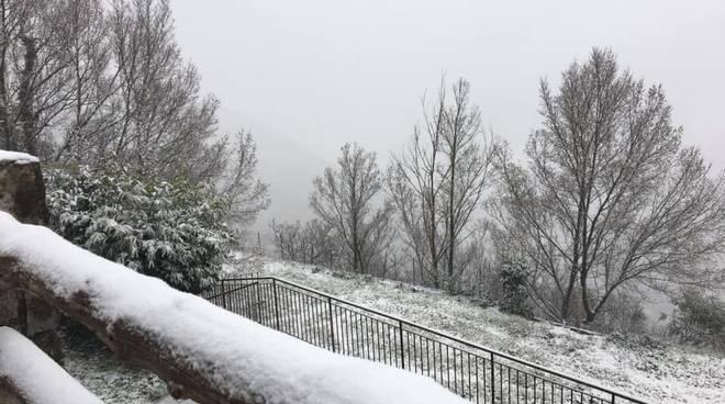 Tramonti coperta dalla neve: nevischio sulle strade provinciali. Foto