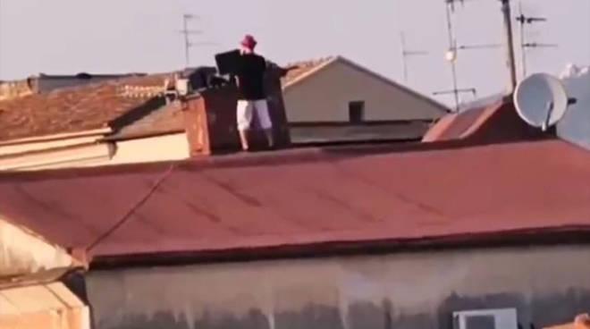 Coronavirus a Sant'Agnello: Mister Karaoke risolleva la cittadinanza in quarantena