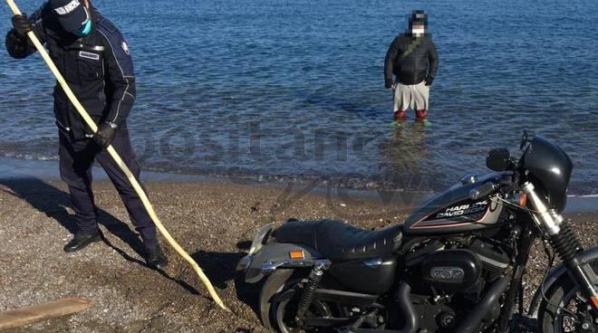 moto in mare a meta