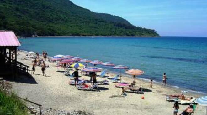 Agropoli pronta ad ospitare turisti e vacanzieri: 1500 ombrelloni, prenotazioni, percorsi prestabiliti e droni