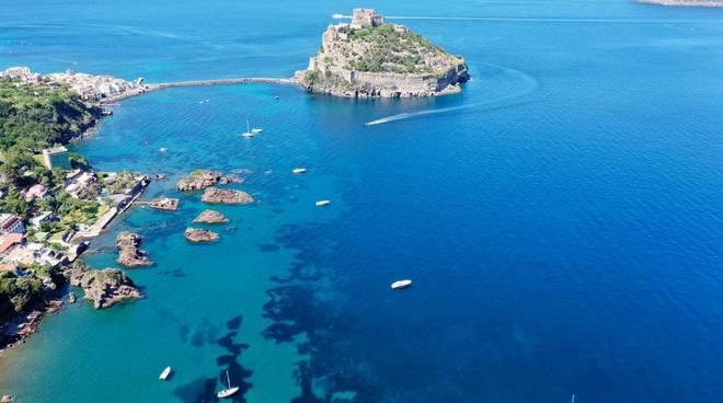 Capri spiagge ancora deserte, a Ischia arrivano i villeggianti