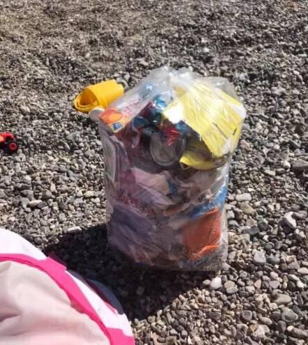Castellammare di Stabia. Un bambino ripulisce dalla spazzatura la spiaggia