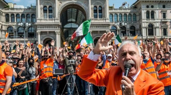Gilet arancioni in piazza: niente distanza di sicurezza e mascherine, saranno denunciati