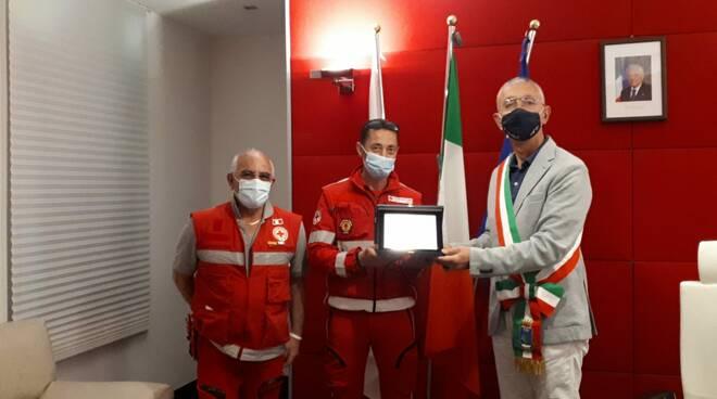 I volontari di CRI Costa Amalfitana hanno ricevuto una targa di ringraziamento dal sindaco di Maiori