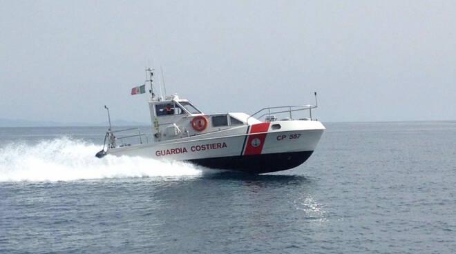 La Guardia Costiera di Amalfi soccorre un canoista in difficoltà