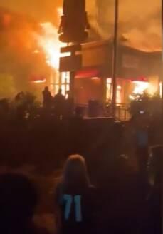 Minneapolis, proteste per la morte di George Floyd: città in fiamme