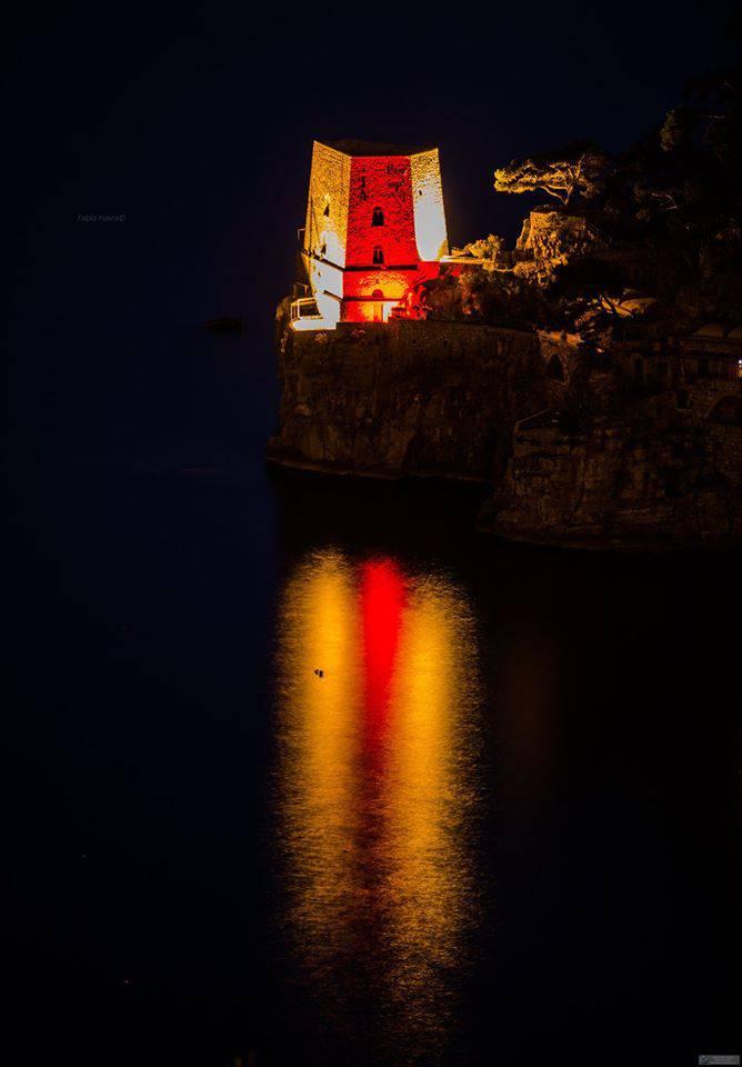 Positano. Giornata mondiale della Croce Rossa, la Torre di Fornillo si illumina in omaggio ai volontari