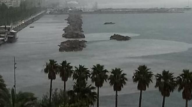 Salerno. Un pò di pioggia e a mare finisce di tutto