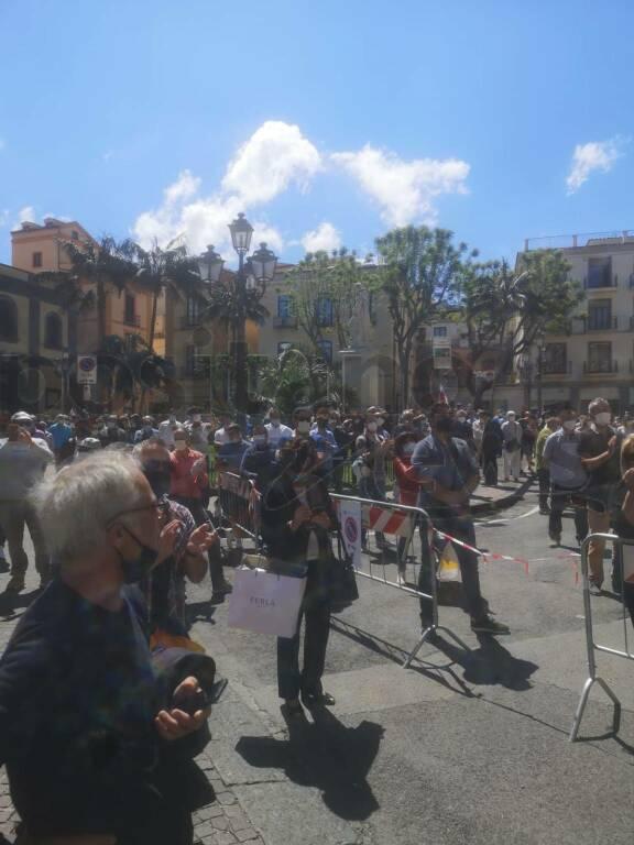 sorrento protesta degli invisibili in piazza sant'antonino