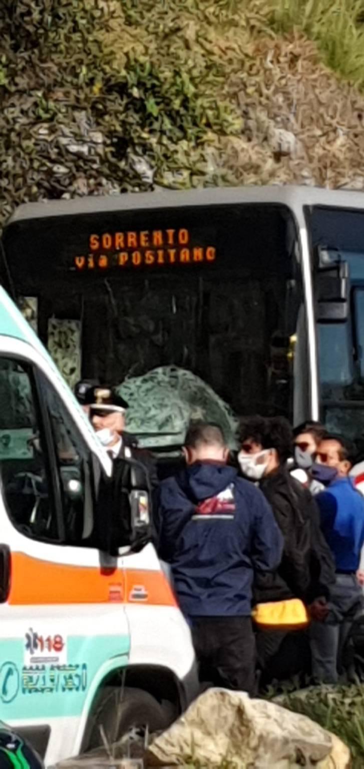 Vico Equense, Statale Amalfitana. Violento incidente tra moto e bus della SITA