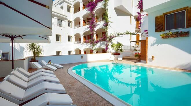 In Costiera Amalfitana, a Minori – borgo covid free, riapre l'Hotel Villa Romana a 4 Stelle