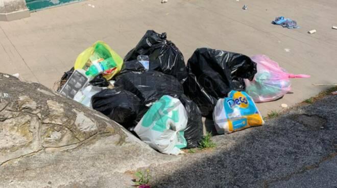 Massa Lubrense, Riviera di San Montano sporcata dai rifiuti