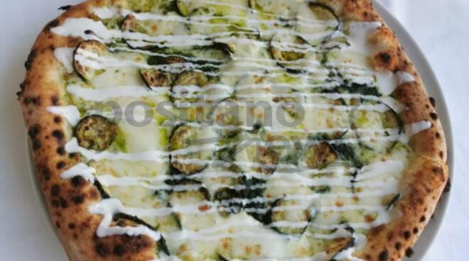 """Piano di Sorrento. Pizza """"nerano"""" al Nettuno stabilimento balneare da gourmet"""