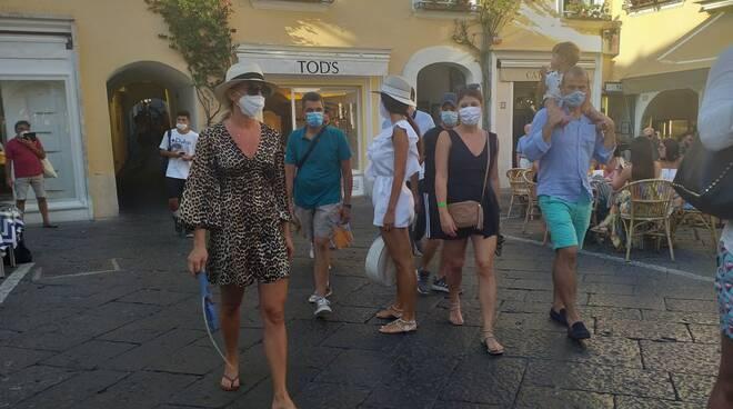 Capri turisti con mascherina