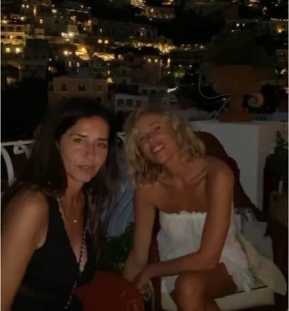 Alessia Marcuzzi conquista i fan: il maglione senza reggiseno incanta