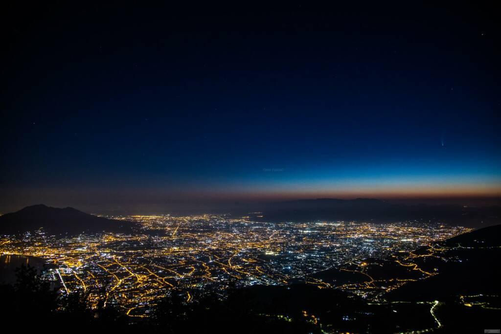 Lo spettacolo della cometa Neowise, visibile a occhio nudo (o quasi). Foto di Fabio Fusco