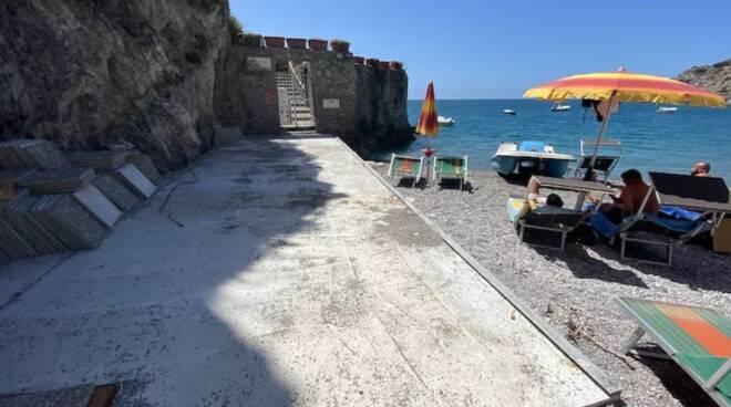 Maiori. Sequestrata la passerella in cemento sulla spiaggia di Erchie