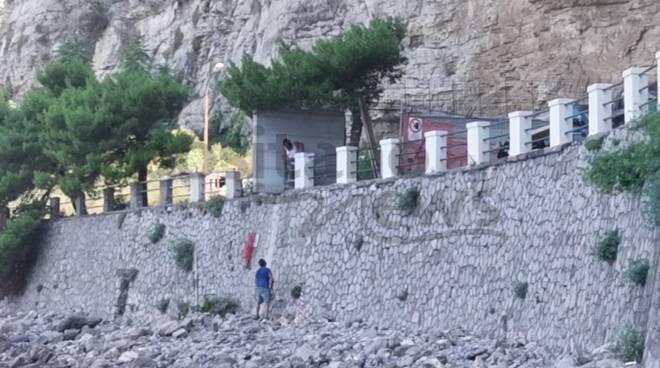 Meta. In costruzione un muro per impedire ai ragazzi i tuffi: maggiori controlli dopo l'incidente del 15enne