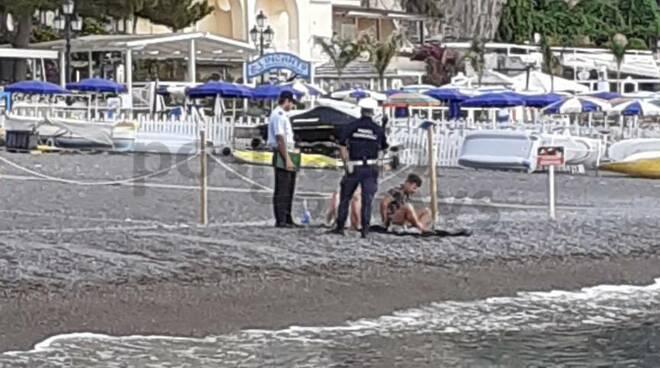 Positano polizia municipale sulla spiaggia