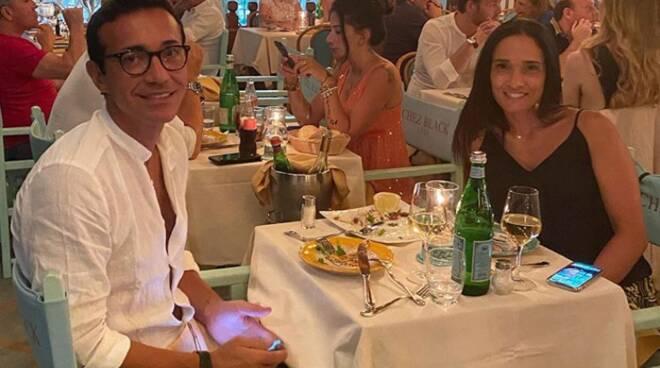 Relax a Positano. Gino Sorbillo e la moglie Loredana da Chez Black