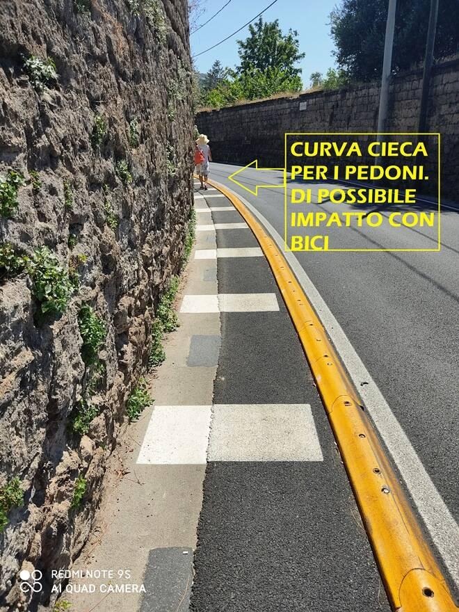 """Riceviamo e pubblichiamo. Sant'agnello: """"Via Iommella Grande, la corsia pedonale non è una pista ciclabile"""""""