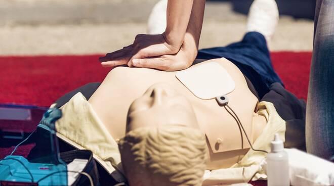 """A Praiano 24 operatori laici abilitati all'utilizzo del defibrillatore grazie al Progetto """"Pietro Villani"""""""