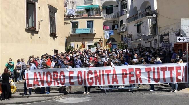 Amalfi stagionali in piazza con Balzamo e Iolanda