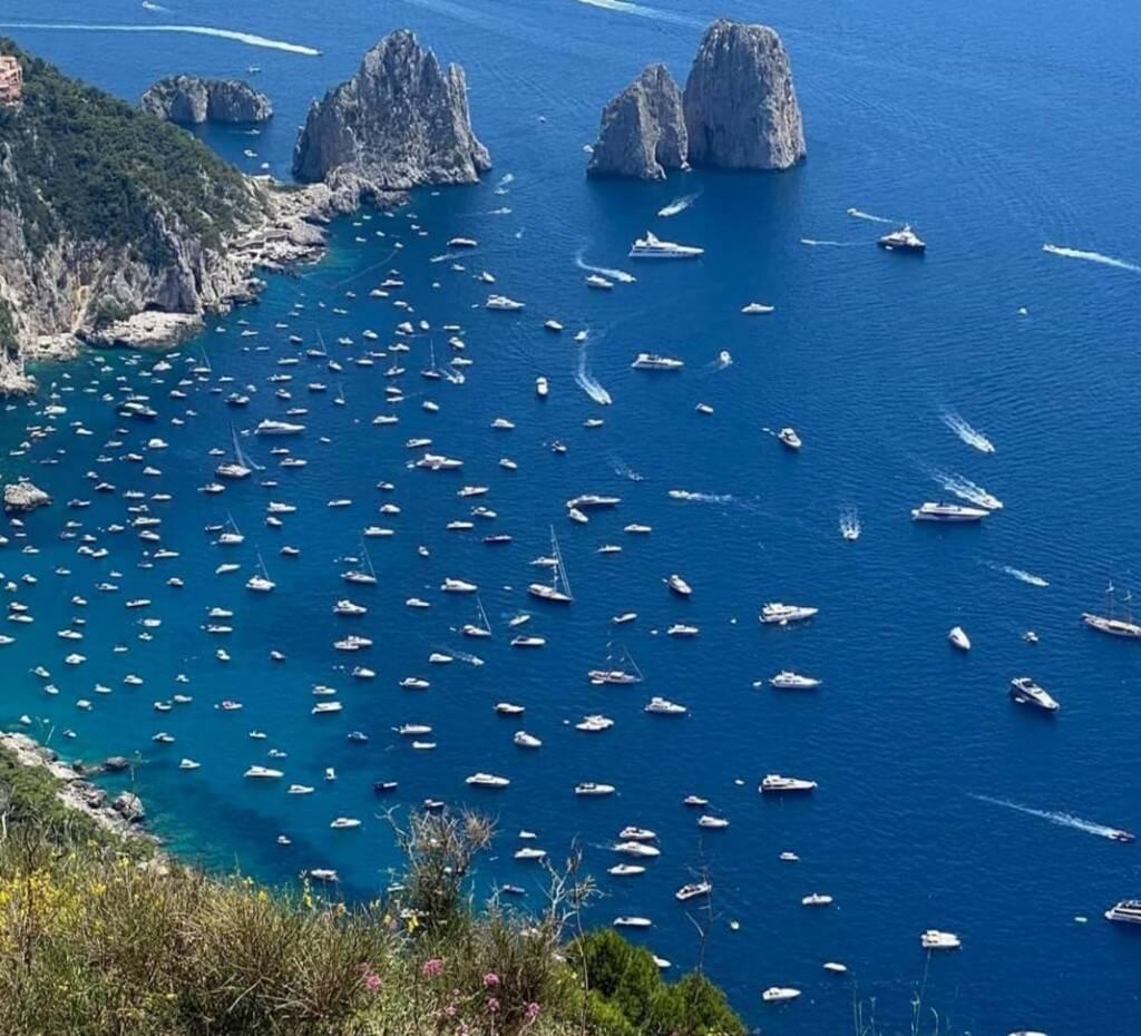 Capri. Esercito di barche ai Faraglioni