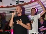 """Capri. Show a sorpresa di RAF sul palco dell'Anema e Core: canta """"Infinito"""""""