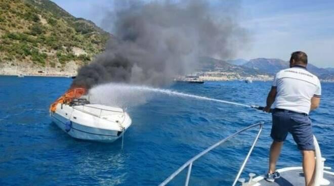 Agropoli Cilento barca prende fuoco con due bimbi a bordo
